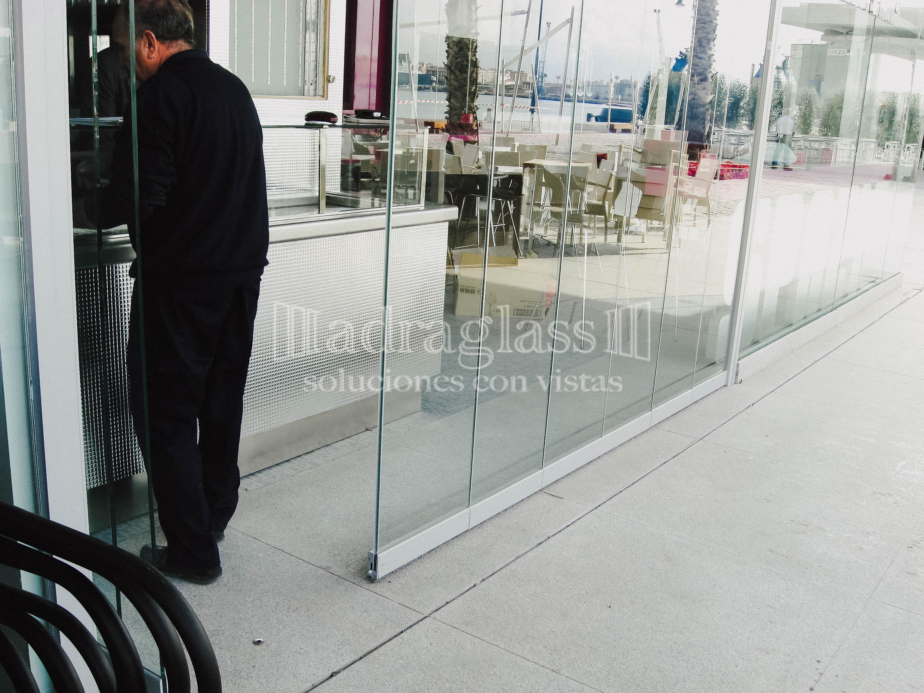 cortinas de cristal sin guía al suelo