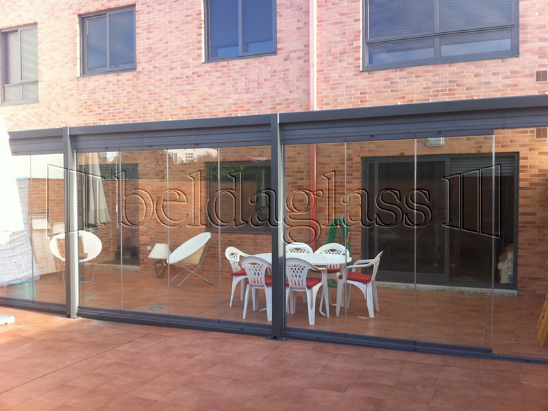 Las cortinas de cristal para terrazas consiguen en nuestra vivienda un aumento del espacio util de una forma elegante y discreta.